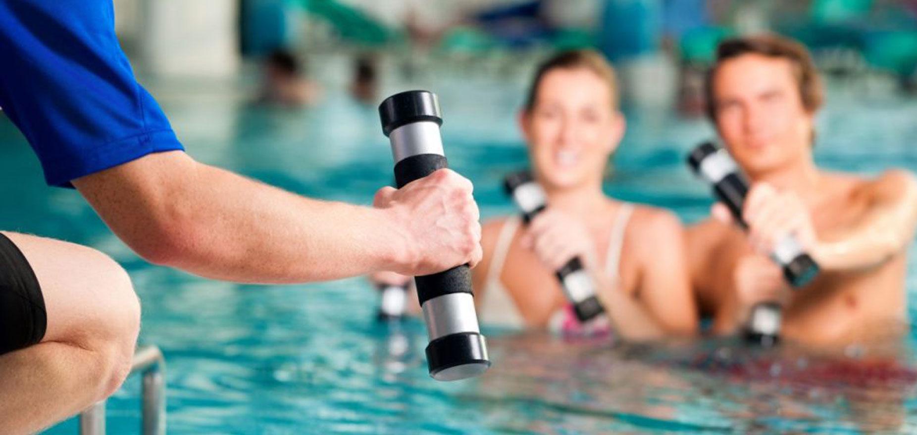 Aquafit Kurs im Lindenbad. Trainer mit Hanteln